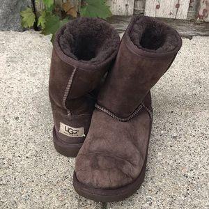 a9f9d23ebf9 UGG Australia Classic Short Kids Size 3 Brown